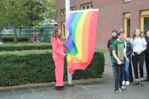https://amsterdam.pvda.nl/nieuws/marjolein-moorman-hijst-regenboogvlag-op-het-calandlyceum/